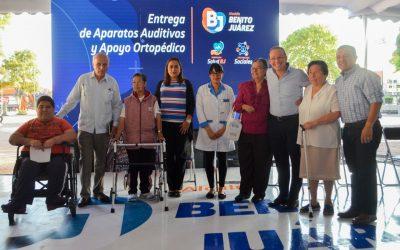 Benito Juárez entrega aparatos auditivos y ortopédicos